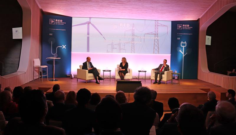 José Domínguez Abascal y Jordi Sevilla abordaron los retos de la transición energética para el sistema eléctrico en un diálogo moderado por la presentadora Laura Ojea.
