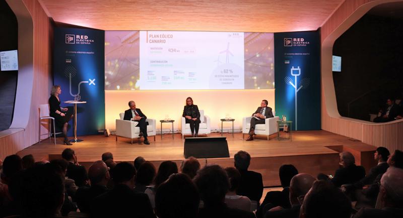De izquierda a derecha: Miguel Duvison, Eva Pagán y Luis Villafruela, presentando los principales datos del Avance de Informe del Sistema Eléctrico 2018.