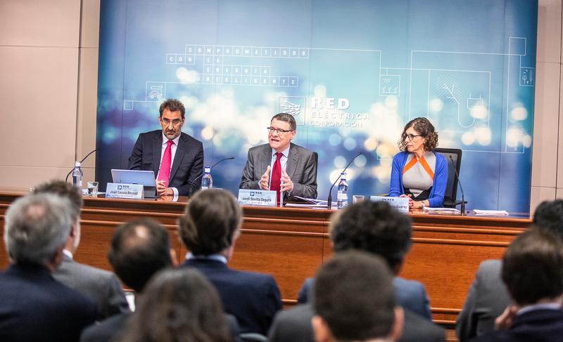 El presidente de REE, Sordi Sevilla (en el centro de la imagen) junto a Juan Lasala y Teresa Quirós, directora Económico-financiera, durante la presentación de resultados 2018.