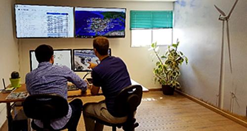 Figura 6. Técnicos en la sala de control de Desigenia.