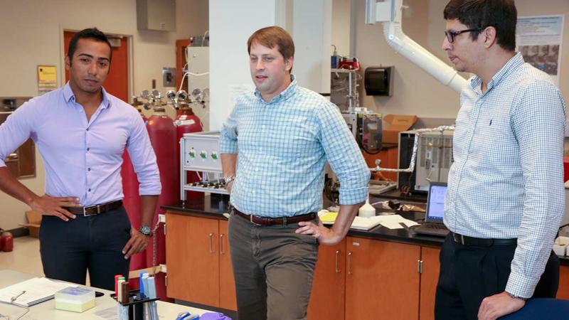 Equipo investigador formado por el profesor George Nelson, en el centro, y los estudiantes Hernando Gonzalez Malabet, a la izquierda, y Victor Fontalvo .