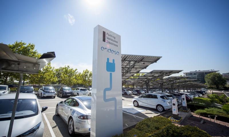 Uno de los parkings de Endesa con puntos de carga y coches particulares de la plantilla de la compañía.