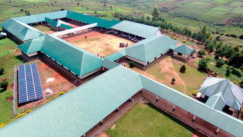 Vista aérea de la Universidad Lago Abierto de RD Congo con la instalación de placas solares.