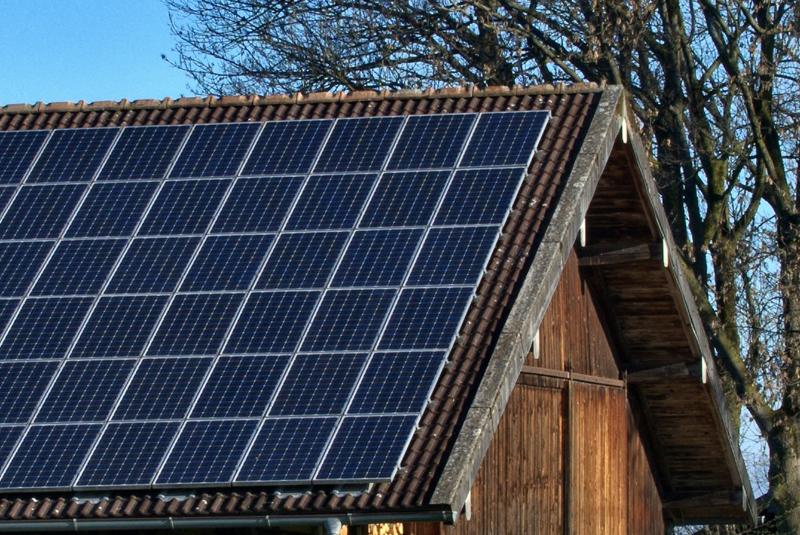 Placa fotovoltaica en tejado.