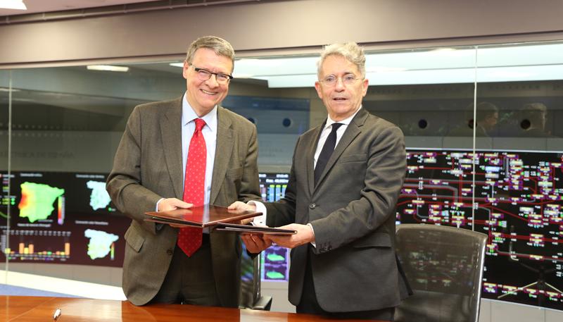 El presidente de Red Eléctrica, Jordi Sevilla, y el presidente de Ibil, Emiliano López Atxurra, en la firma del acuerdo entre ambas compañías.