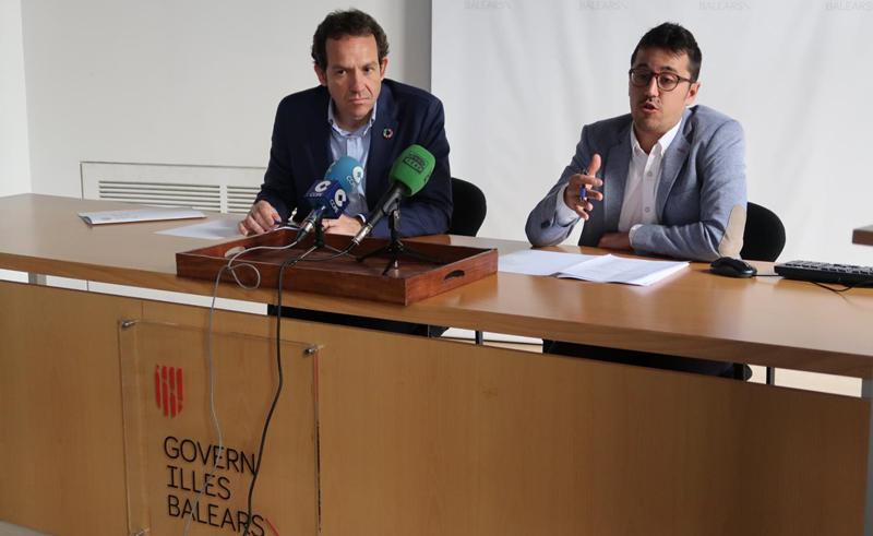 El consejero de Territorio, Energía y Movilidad, Marc Pons, y el director general de Energía y Cambio Climático, Ferrán Rosa, explicaron los detalles de las convocatorias de ayudas para la instalación de puntos de carga.