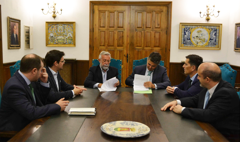 Firma del acuerdo entre las autoridades de Talavera de la Reina y representantes de Iberdrola