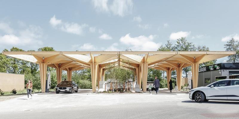 Diseño de la estación de recarga ultrarrápida para vehículos eléctricos en Dinamarca, la primera de toda una red de 48 que abrirá en la península de Escandinavia.