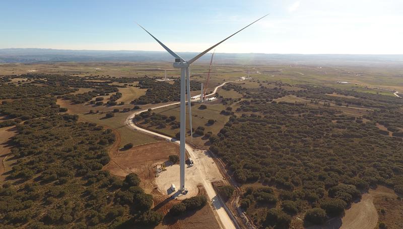 Una turbina del parque eólico de Los Llanos Burgos.