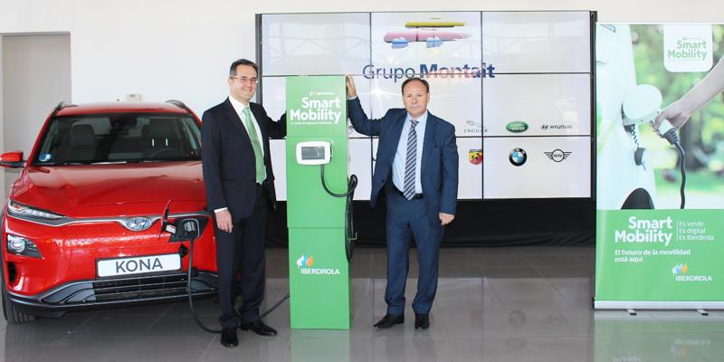 Presentación del acuerdo entre Grupo Montait e Iberdrola en uno de los concesionarios, con un punto de recarga al que está enchufado un coche eléctrico.