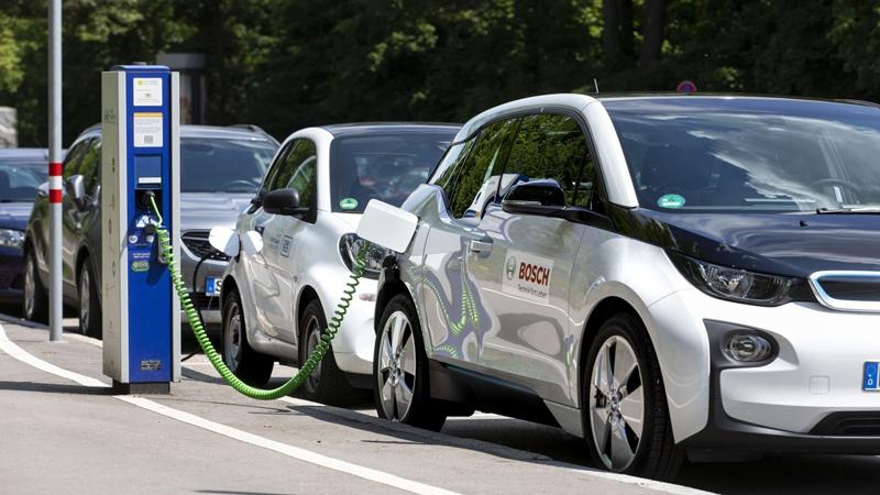 Un coche eléctrico de Bosch cargando.