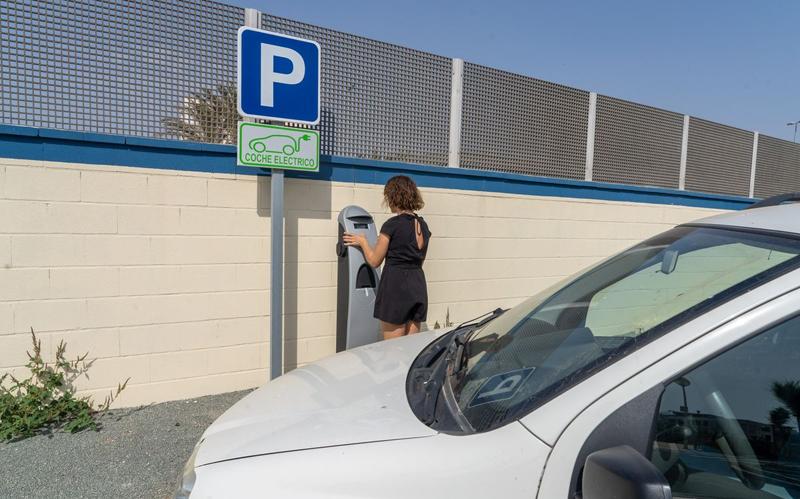 Punto de recarga en el aparcamiento de La Gola