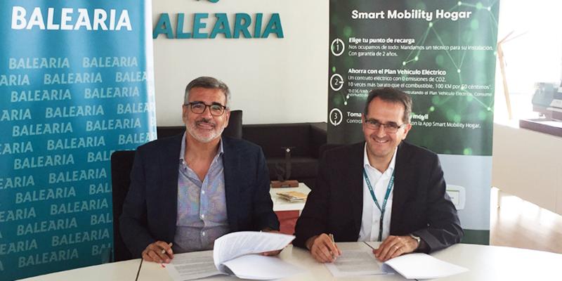 Adolfo Utor, presidente de Baleària, y Joaquín Longares, delegado de Iberdrola en la Comunidad Valenciana, firmaron el acuerdo para la instalación de los postes de recarga rápida en la estación marítima de Denia.