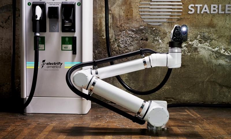 Solución robótica que se conecta a los postes de recarga eléctrica rápida y que empezarán a estar activos en una experiencia piloto en San Francisco.