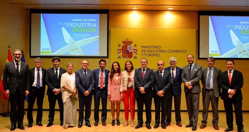 Foto familia con los miembros de Asociación Empresarial Eólica con la ministra de Industria, Comercio y Turismo, Reyes Maroto.