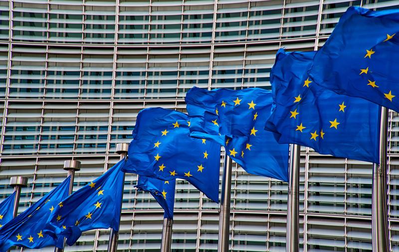 Edificio comisión europea con banderas de Europa delante