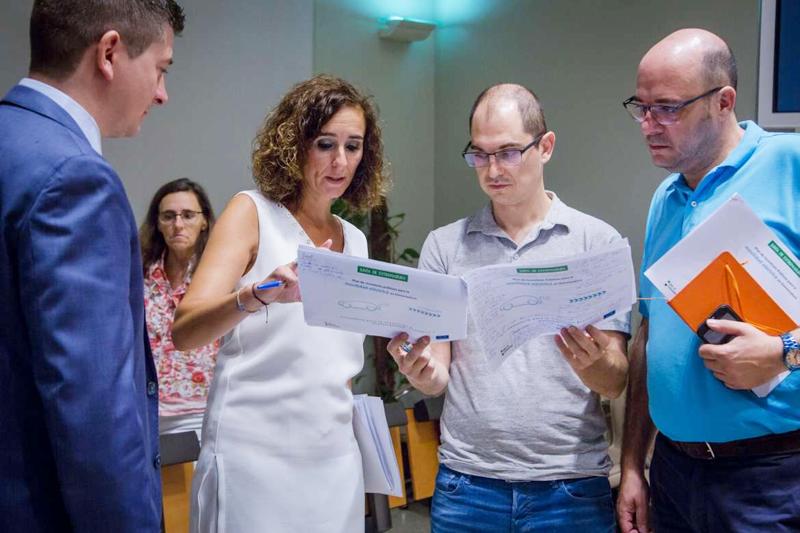 La consejera para la Transición Ecológica de la Junta de Extremadura durante la presentación del Plan de Ayudas a la Movilidad Eléctrica de la Junta de Extremadura, explicando el plan a algunos periodistas.
