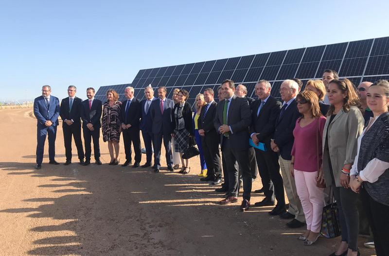 Las autoridades delante de unos de los paneles solares del parque fotovoltaico el día de la inauguración.