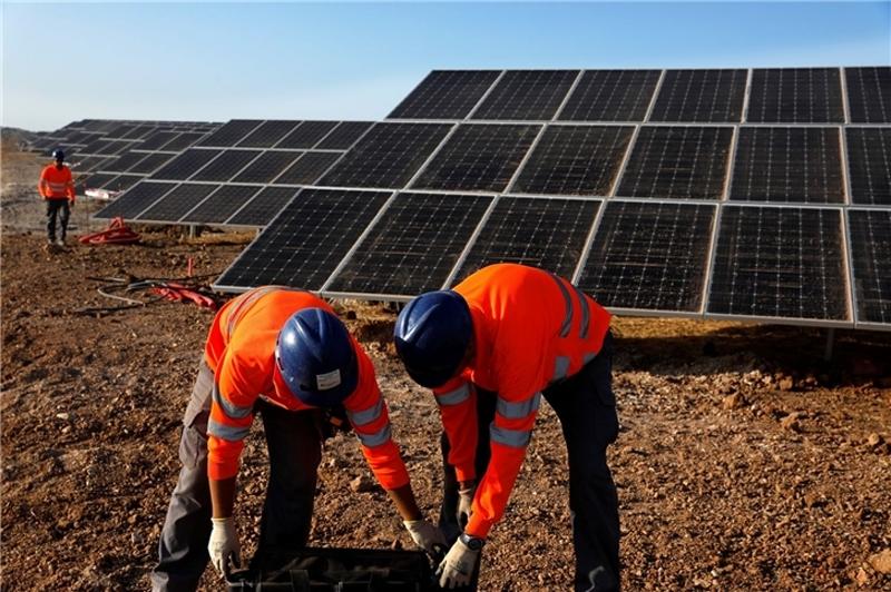 Obreros trabajando en la planta fotovoltaica Nuñez de Balboa.