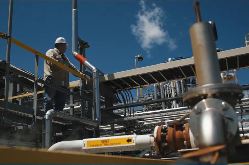 Un trabajador en una subestación eléctrica.