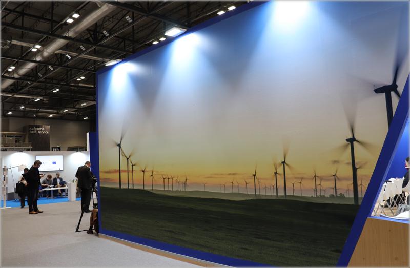 Stand con imagen de energía eólica