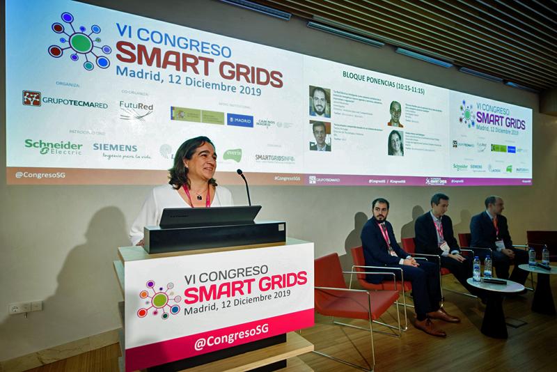 La primera sesión de ponencias del VI Congreso Smart Grids fue moderado por María José Rodríguez, vocal de la Junta Directiva y Coordinadora del Grupo de Trabajo de Desarrollo Urbano del Colegio de Ingenieros de Caminos, Canales y Puertos de Madrid.