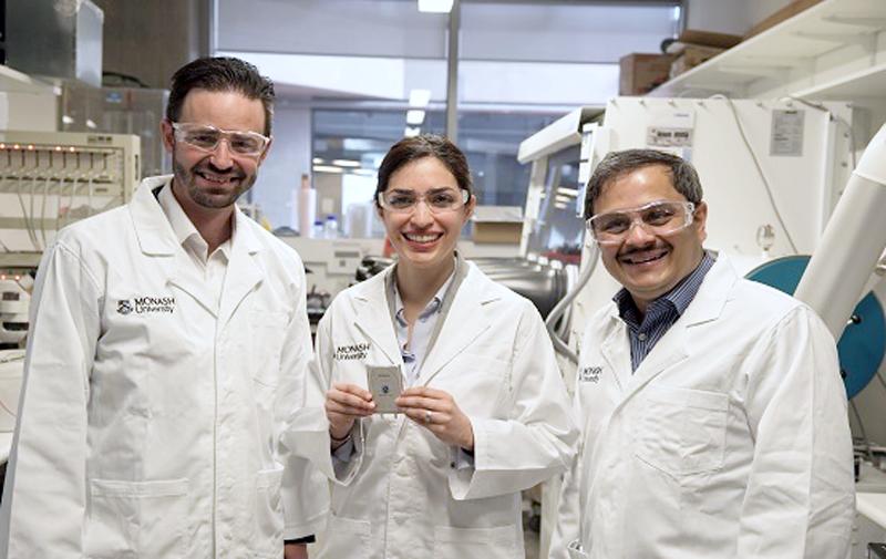 El profesor asociado Matthew Hill, el Dr. Mahdokht Shaibani y el profesor Mainak Majumder con el diseño de la batería de litio-azufre.