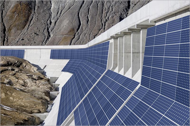 Módulos fotovoltaicos en la presa