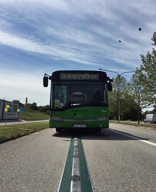 Autobús eléctrico circulando en la carretera
