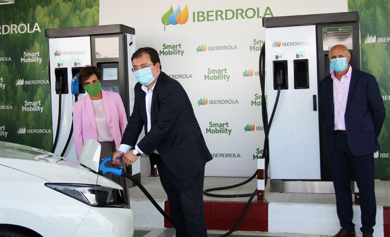 inauguración punto de recarga superrápida en Monesterio, Badajoz