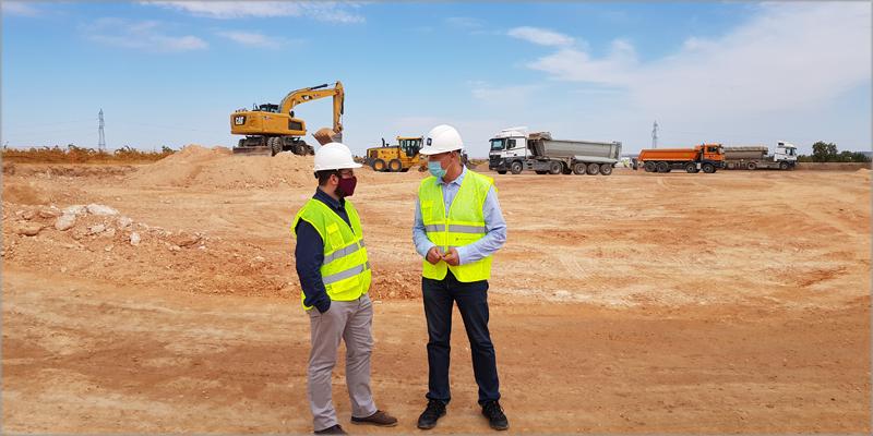 El alcalde de Cariñena, Sergio Ortiz junto a José Ignacio Lallana (REE) visitaron las obras de la subestación, que se encuentra en su fase inicial.