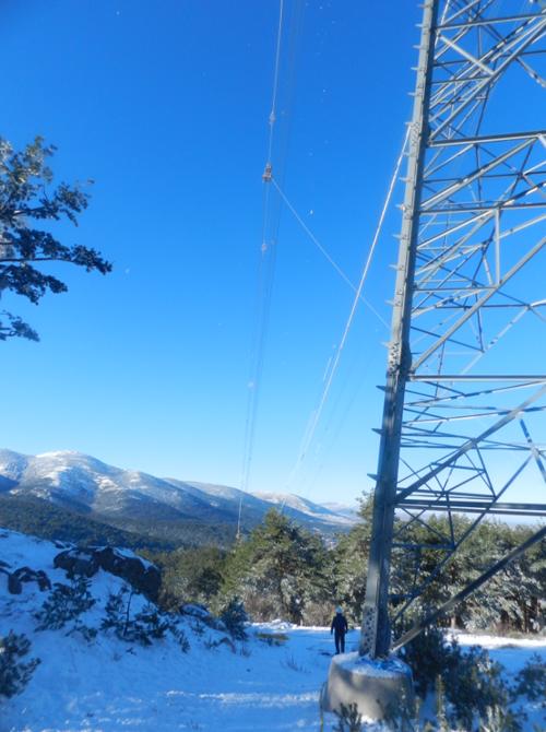 torre de alta tensión cubierto de nieve por el temporal filomena