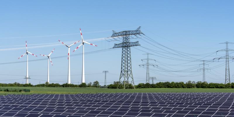 Paisaje con energías renovables y tendido red eléctrica