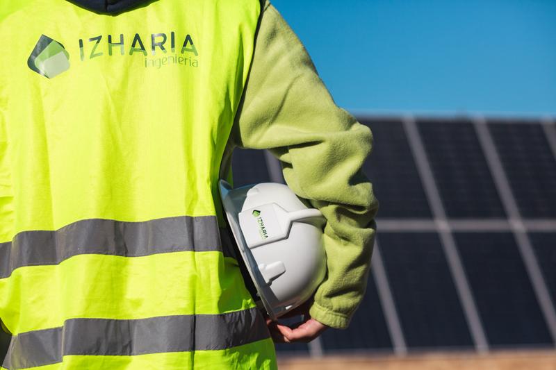 Personal de Izharia en planta fotovoltaica